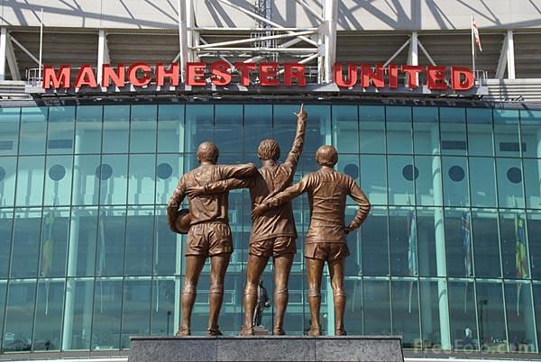 Santíssima Trindade: Law, Best e Charlton, estátua que fica na entrada de OT