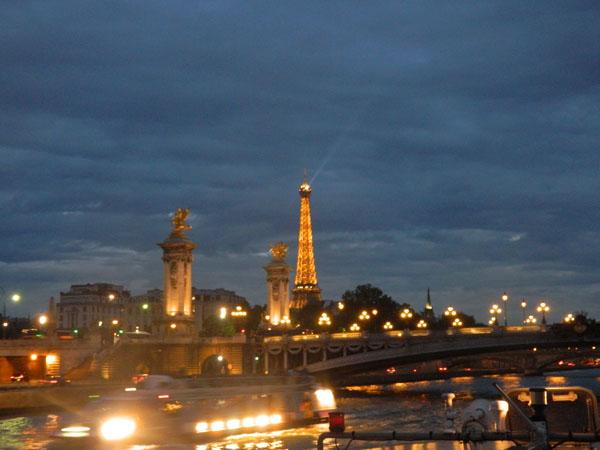 Paris acessa com vista do Rio Senna