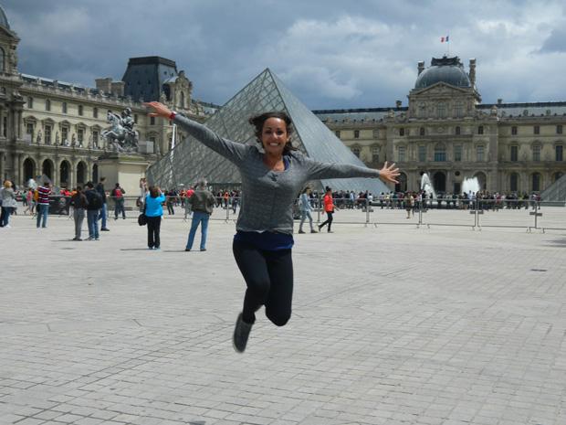 Amo pular em fotos dos lugares que que sempre quis visitar. Louvre é um deles.