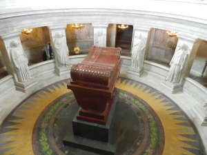 Tumba de Napoleão Bonaparte que quis ficar embaixo para que os visitantes se encurvasse diante dele