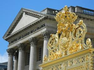 Detalhes em ouro e da frase representando as glórias da França