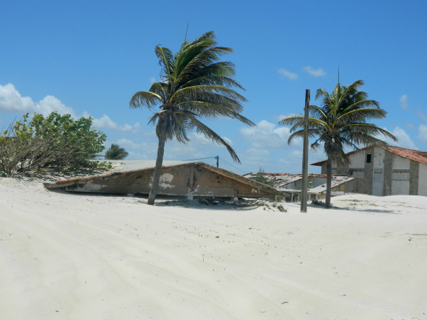 Casa coberta pelas areia da praia de Genibapu - Natal