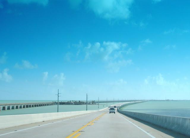 Ponts que levam aos Keys da Flórida. Oceano Atlântico ao lado esquerdo e Golfo do México ao direito