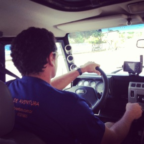 Bruno da empresa 4por4Adventure em sua Land Rover Defender