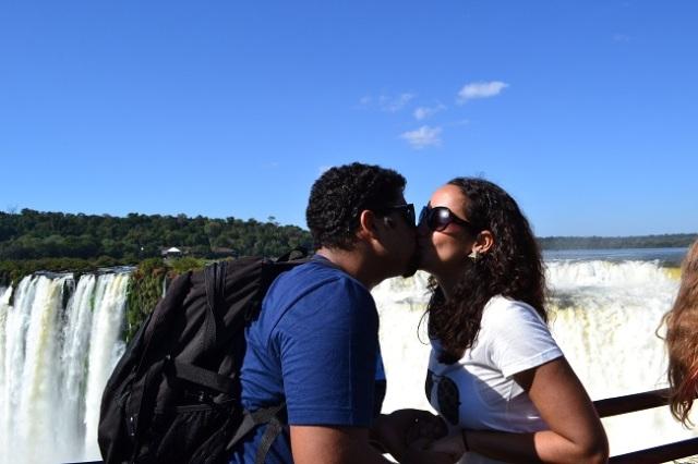 Beijinho em frente às Cataratas: awnnn!