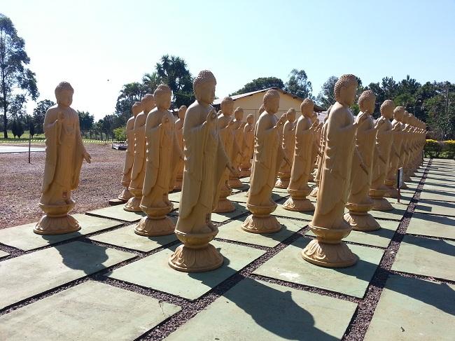 Pessoas de todos os locais compram estátuas no Templo