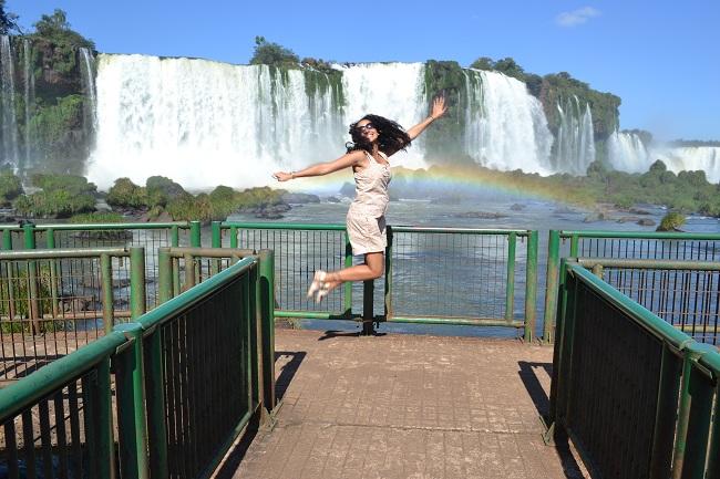 Aline, como de costume, pulando...
