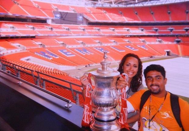 Foto com a taça da FA Cup é um dos atrativos de Wembley