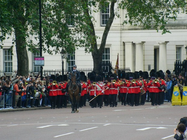 Guardas chegando ao Palácio para a Troca de Guarda
