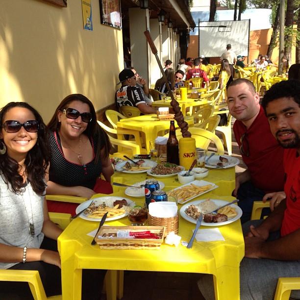 Espetão com feijão tropeiro com Luciana e Fabrício