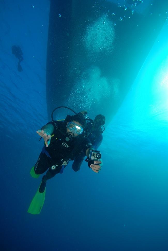 Subindo de volta. Acima do Thiago, o catamarã da Atlantis