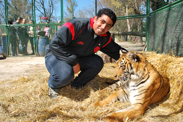 Thiago morrendo de medo do tigre - Zoo Lujan - Argentina, 2010