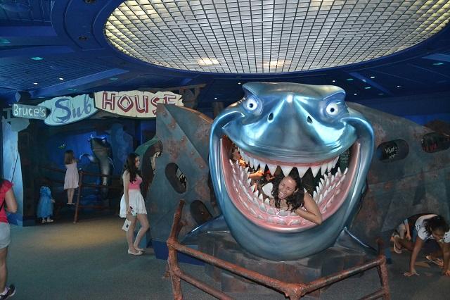 E uma criança feliz no brinquedo do Nemo