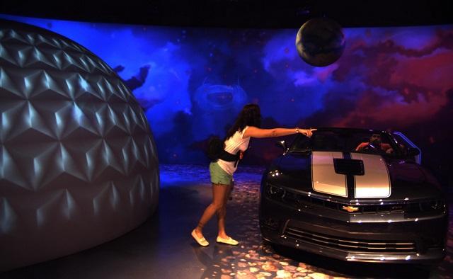 Salão após o brinquedo tem muitos carros e fotos interativas