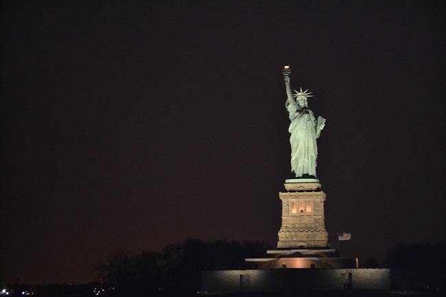 Estátua à noite vista do passeio de barco