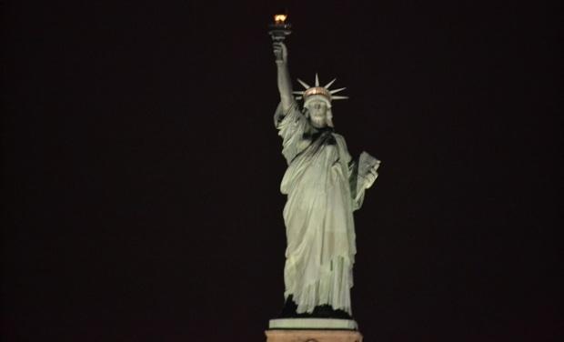 Mais uma da Estátua da Liberdade à noite