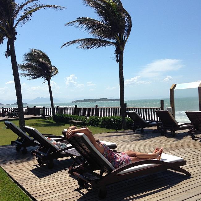 Aline relaxando no Hotel Villa Rasa Marina Búzios