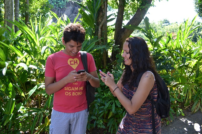 Aline e Victor usando internet em Orlando