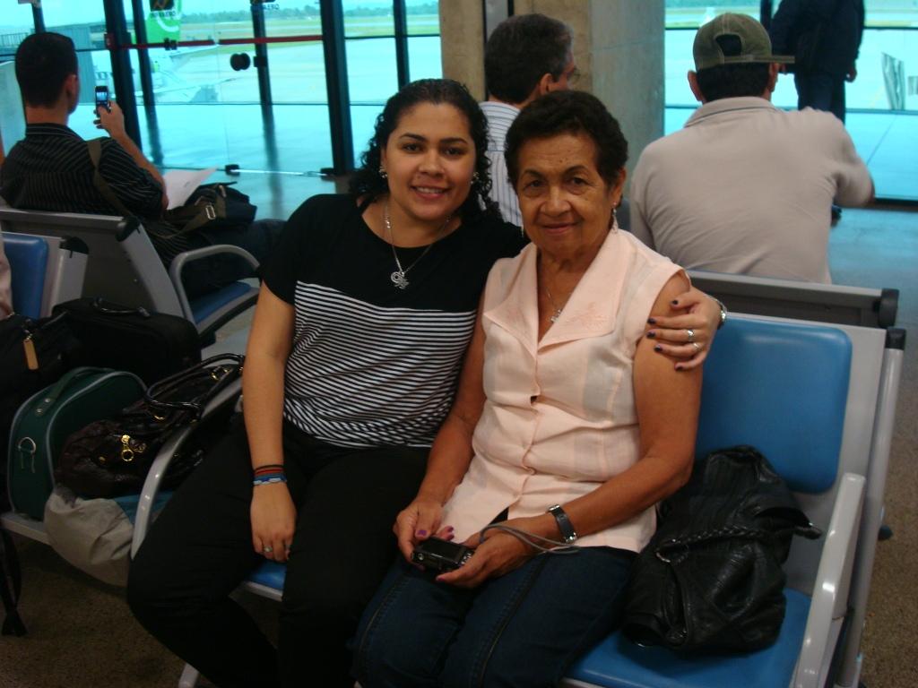 Vania e sua mãe esperando no aeroporto