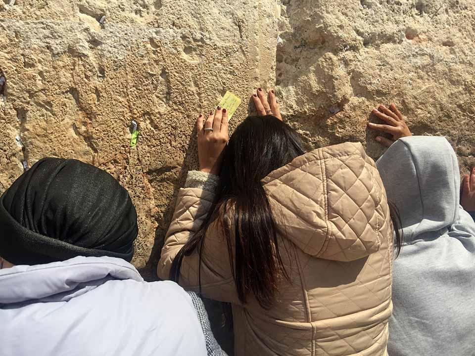 Emoção ao tocar no Muro das Lamentações